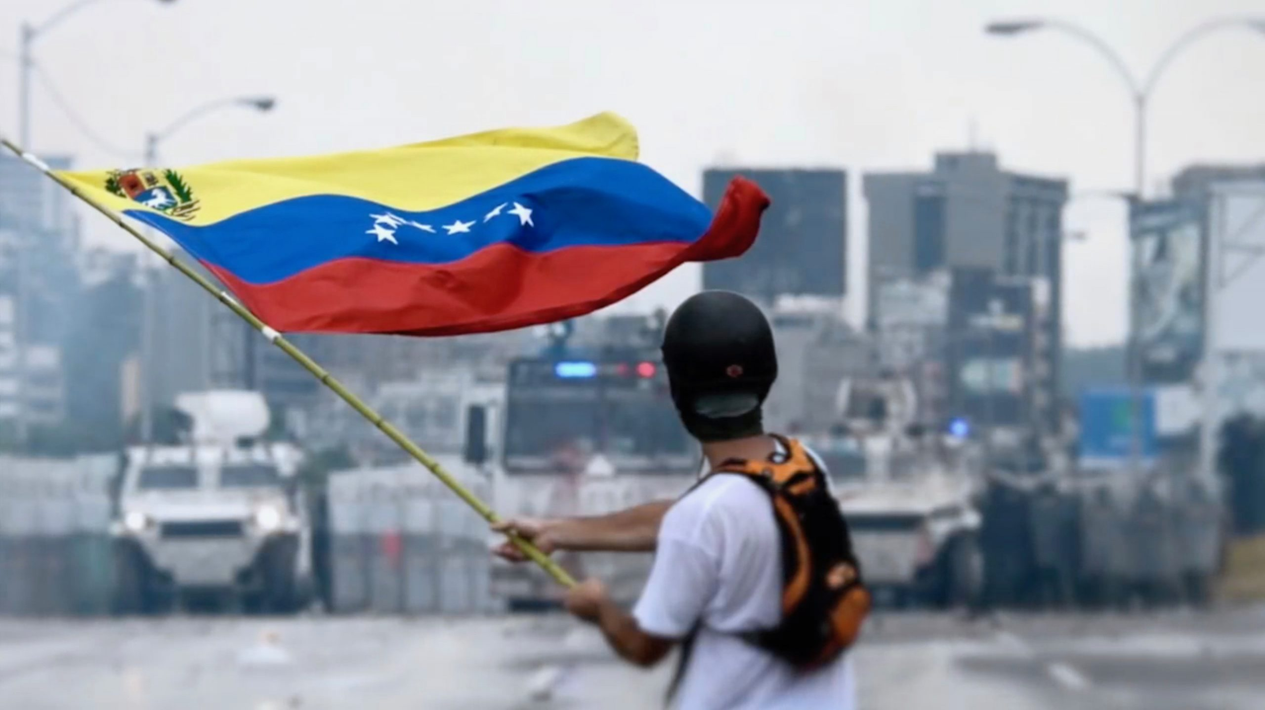 Protestor waiving a venezuelan flag